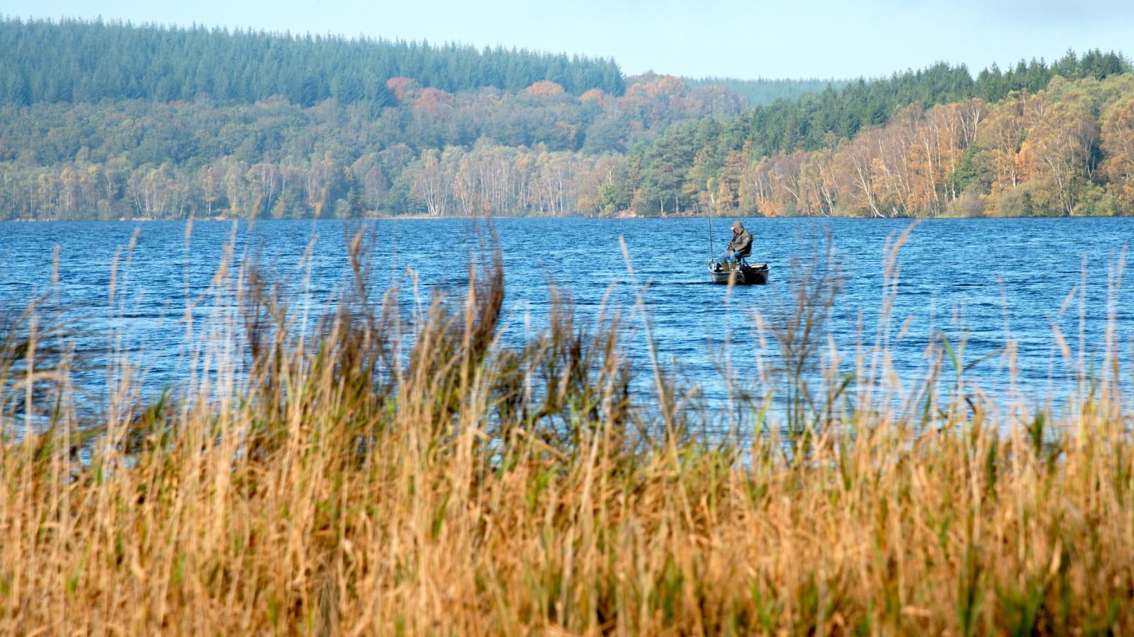 Pêche sur le lac de Saint-Agnan situé sur le Cousin dans le parc naturel régional du Morvan.