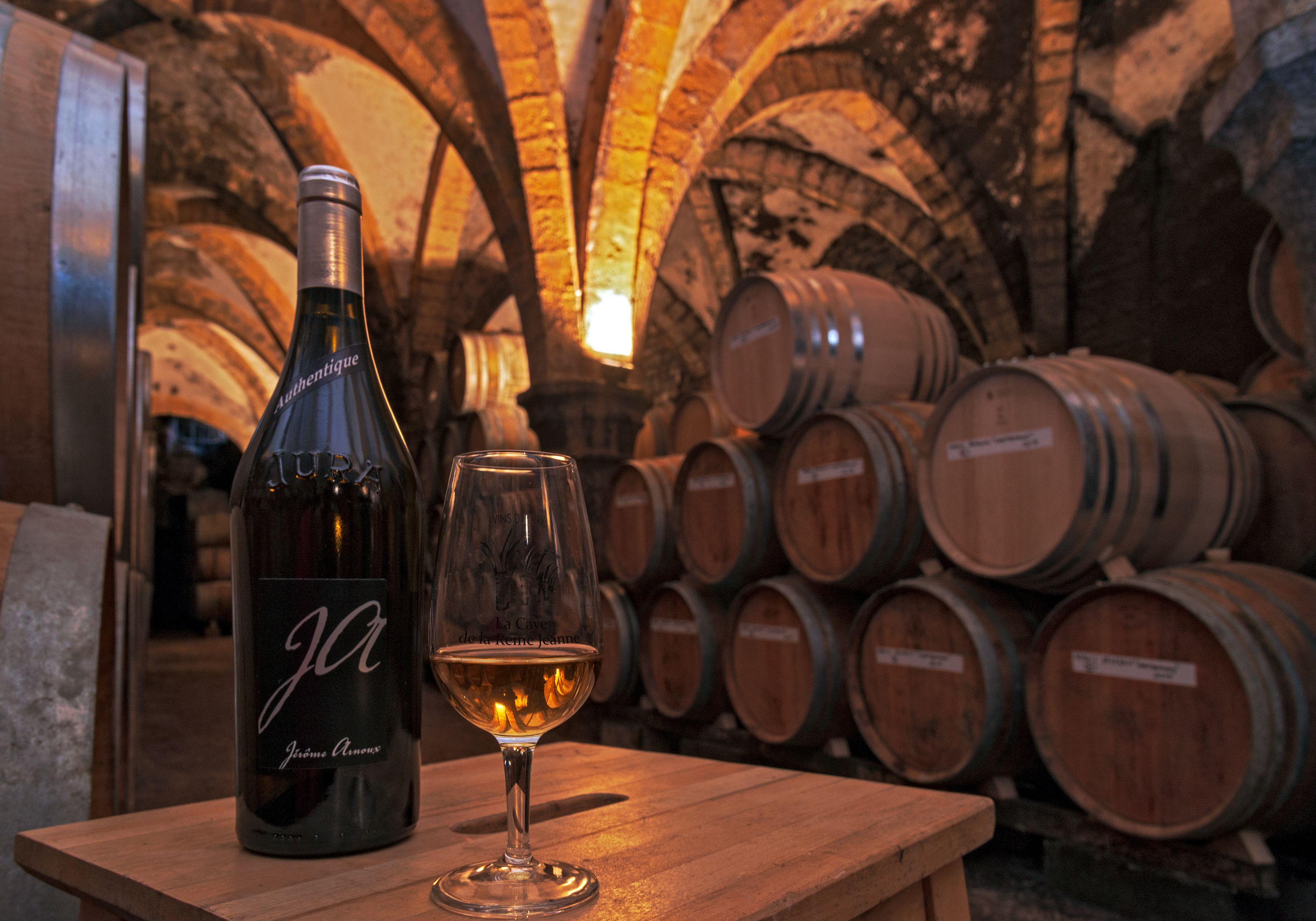 Dégustation de vin dans une cave