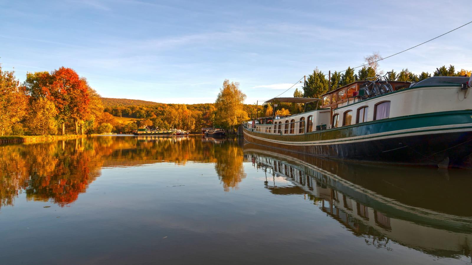 Péniche sur le canal de Bourgogne