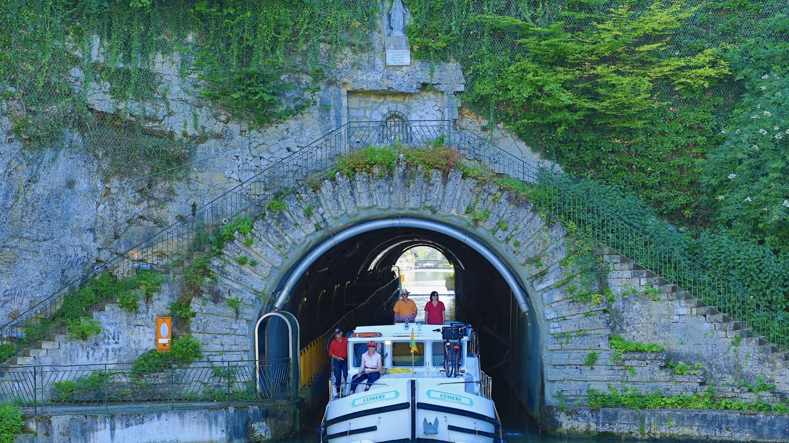 Passage dans le tunnel de Thoraise en bateau