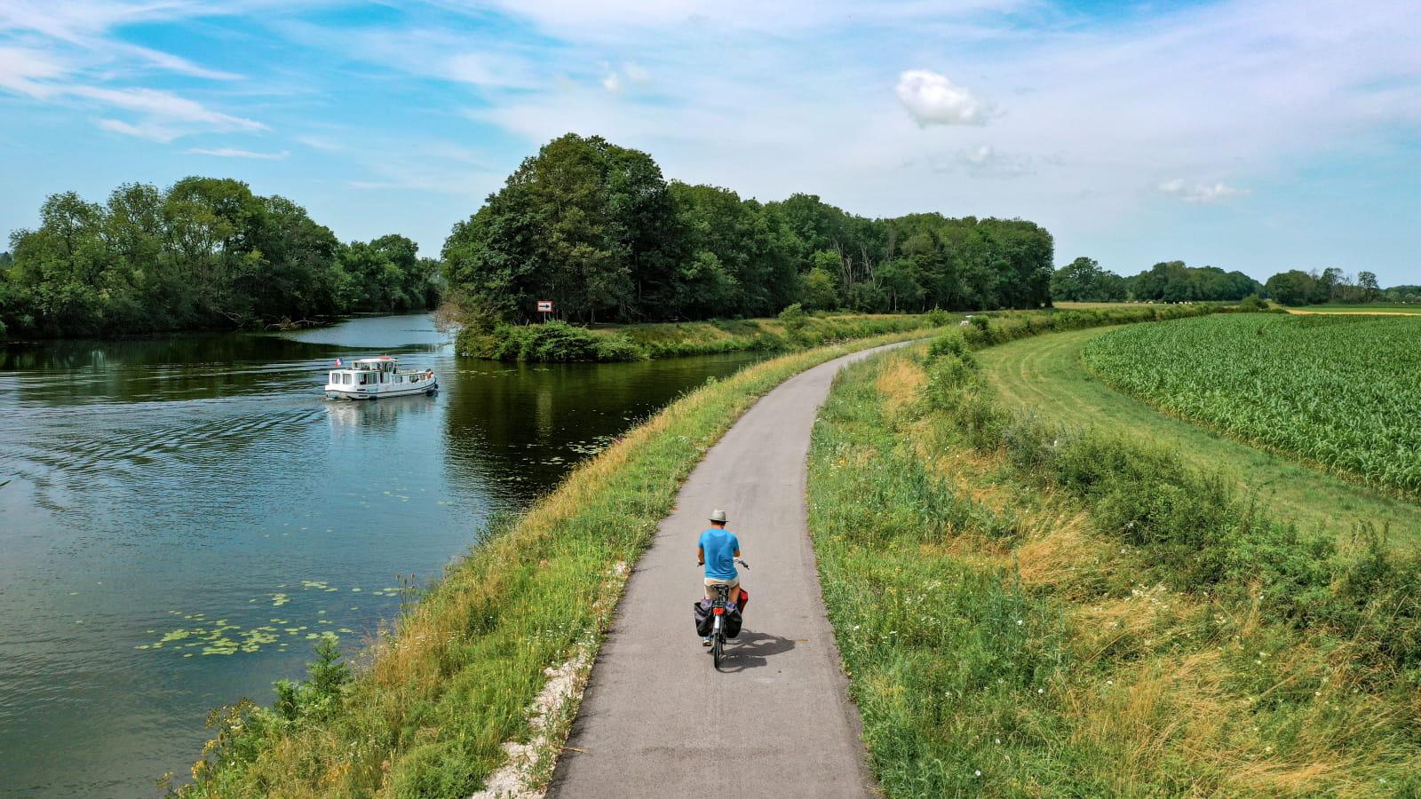 Vélo sur la Voie Bleue le long de la Saône