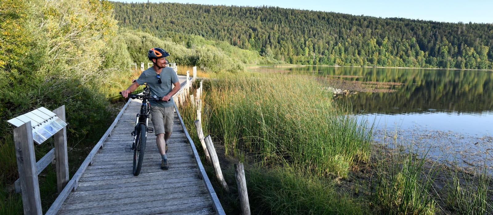 Pause VTT sur les rives du lac de Bouverans